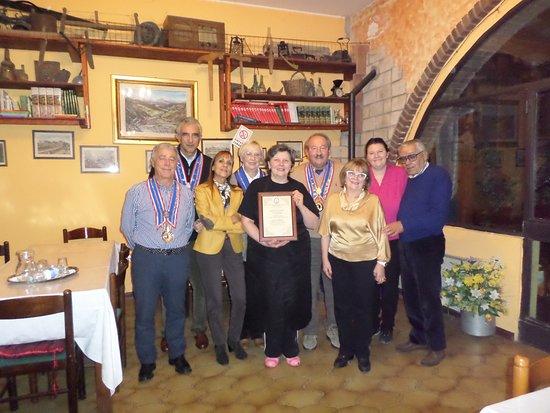 Pellegrino Parmense, Włochy: La cuoca Maria con la targa Gourmet ricevuta per i migliori tortelli del territorio