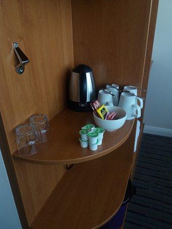 Premier Inn London Hanger Lane Hotel: Bollitore acqua per preparate thè o caffè con tazze, cucchiaini e bustine di thè, caffè e zucche