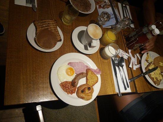 Premier Inn London Hanger Lane Hotel: Abbondante colazione con vasta scelta a buffet a prezzi veramente bassi.