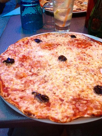 Mazan, France : pizza italienne (mozzarela, tomate, olives)