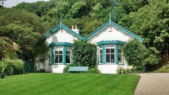 Kylemore, Irland: casette all'interno del giardino