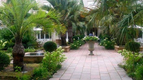 Les Pres d'Eugenie: entrée jardin et hôtel