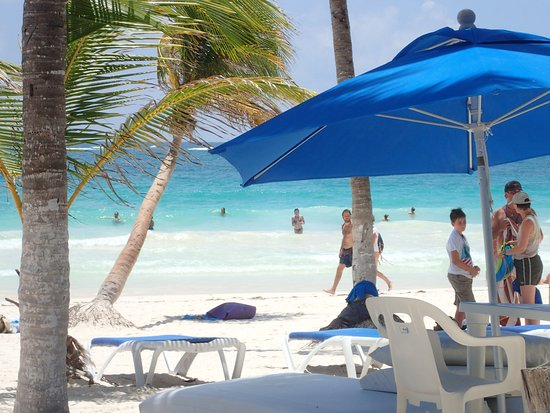 El Paraiso Tulum: Large umbrellas, tables and chairs, and beach beds