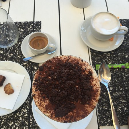 Le Sereno Restaurant: Definitely save room for Tiramisu!!!!