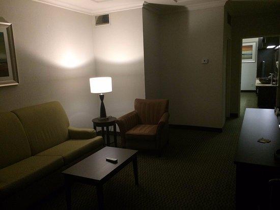 best western plus irvine spectrum hotel tienes una sala para recepcin escritorio frigobar
