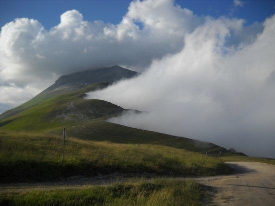 Πεδιάδα του Castellucio της Νόρτσια: la nebbia nella piana di catelluccio