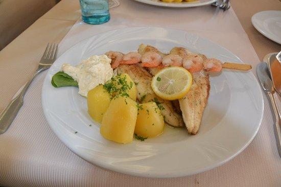 Seehotel zur Münz: Fischteller, mit drei verschiedener Fische und Garnelen.