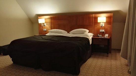 Silenzio Hotel: camera ampia con moquette e balcone che affaccia su un terrazzino