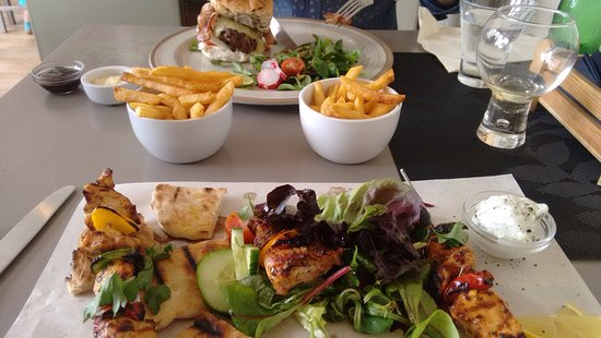 Heathfield, UK: Chicken Souvlakia with fries and the Pilio Burger