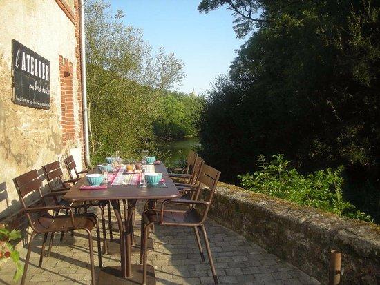 Saint-Laurent-sur-Sevre, Francia: terrasse pour petit dejeuner