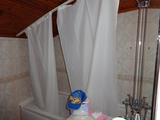 Club Tuana Fethiye Broken Shower Curtain That Does Not Cover The Bath