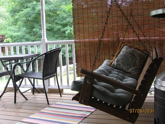 Limestone Inn: the porch swing beckons....