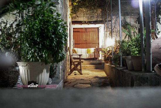 Lasa Heights Hotel : The yard of the hotel night time