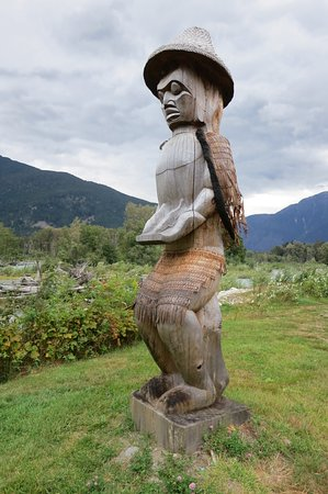 The Float House Inn: Beautiful totems in Bella Coola