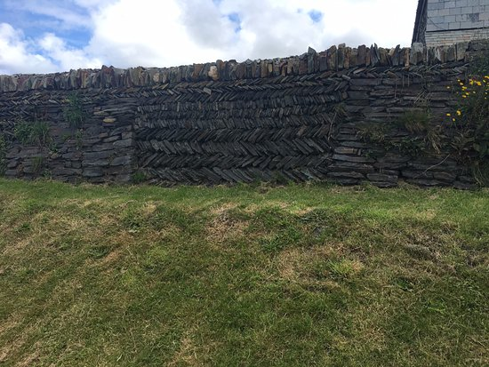 Boscastle, UK: One of the walls around the garden