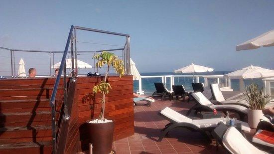 Hotel Roc Lago Rojo: Terraza/solarium con Jacuzzi y vistas al mar