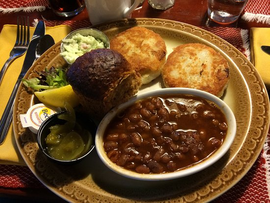 Louisbourg, Canadá: Fish cakes & beans lunch special