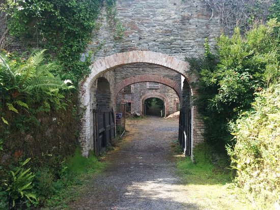 Bantry House & Garden: Archway of the stables at the back of Bantry House