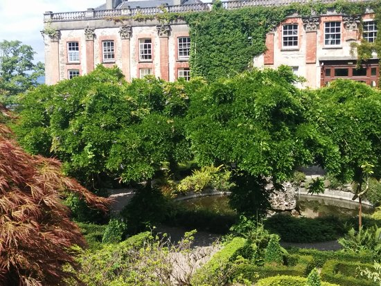 Bantry House & Garden: Another beautiful view of a majestic mansion with lush gardens