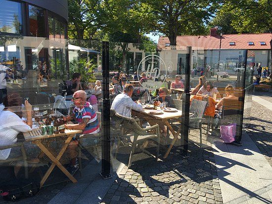 Varberg, Sverige: Outside eating area with glass shielded patio