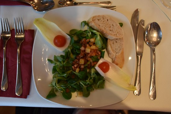 Altstadthotel Zieglerbraeu: Feldsalat mit Tomaten, Speck, Zwiebelwürfel und Brotcroutons