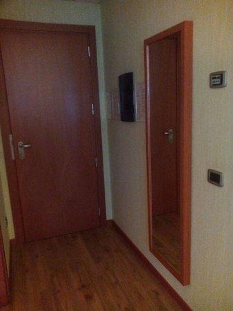 Camerano, Italy: Entrada y espejo visto desde la cama