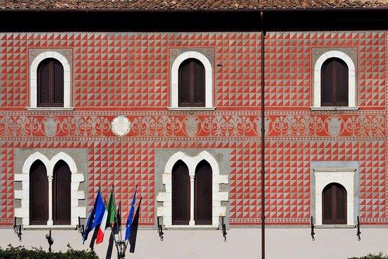 Priverno, Italia: La splendida decorazione sulla facciata del museo.