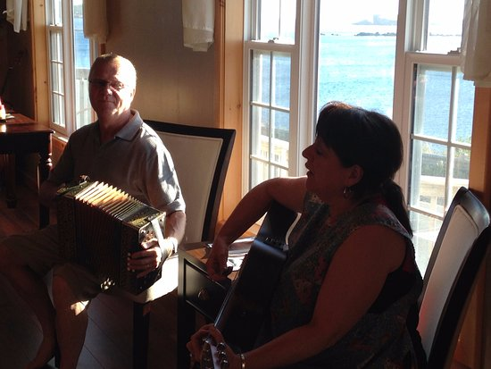 Ferryland, Canadá: The Dunnes playing for us in the dining room.