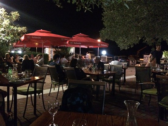 Drage, Croacia: Abends im Gastgarten, 20 m vorm Meer