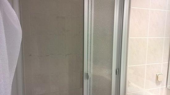 Parkhotel Schloss Wulkow: Es sah nicht aus wie Schimmel , aber komisch war es schon da es nur die Fliesen in der Dusche be