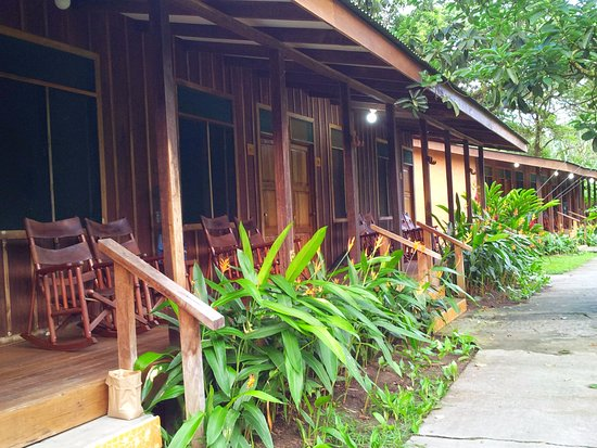 Laguna Lodge Tortuguero: There are several guest rooms in each building, each accessed via the front porch.