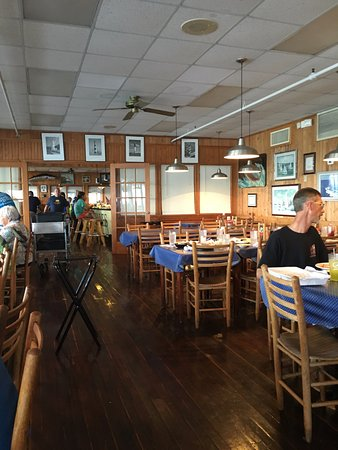 Morehead City, NC: Dining Room - Sanitary Restaurant & Seafood Market