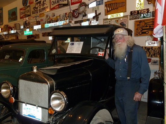 Fort Nelson, Kanada: Marl brown and one of his old cars