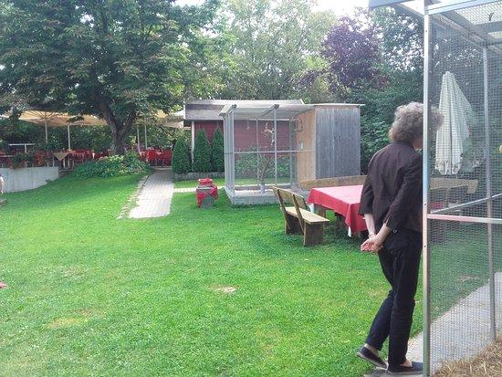Schwäbisch Hall, Alemania: il giardino, sulla sfondo si vedono alcuni tavoli dove si mangia con il bel tempo