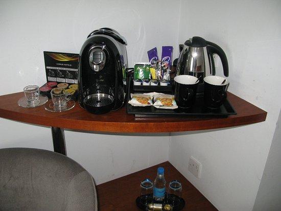 โรงแรมโครัสไฮด์ปาร์ค ลอนดอน: A fine selection of beverages and treats