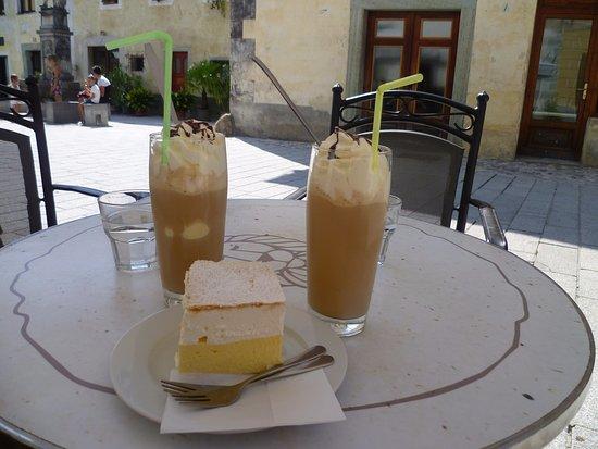 Vidiceva Hisa: Ice coffee and bled cake