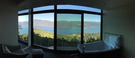 Vernon, Canada: Panorama of window at end of room