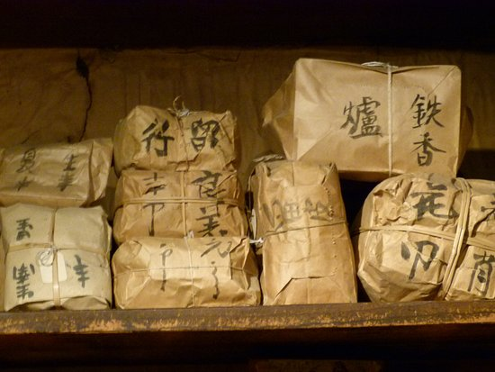 Kam Wah Chung and Company Museum: Who knows what's in those packets!