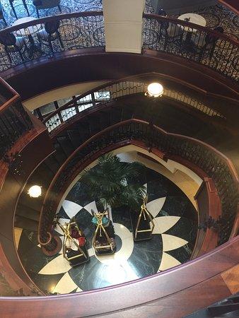 فرينش كوارتر إن: The atrium with the lovely wood work etc.