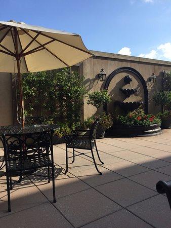 فرينش كوارتر إن: Patio where you can enjoy breakfast, wine & cheese or cookies.