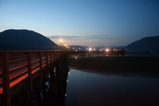 Salmon Arm, Canadá: The wharf in the evening.
