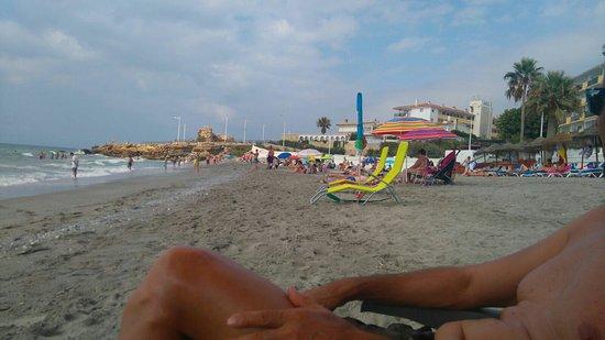 Apartamentos Playa Torrecilla: Vista general de los apartamentos y playa junto a los apartamentos