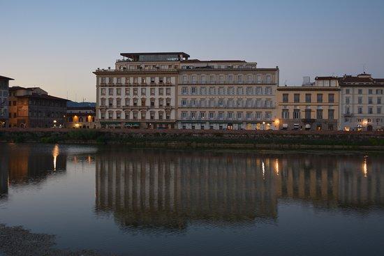 เดอะเวสทิน เอ็กซ์เซลซิเออร์ ฟลอเรนซ์: View of the hotel from across the Arno. Se Sto located in the glass addition & the patio on the