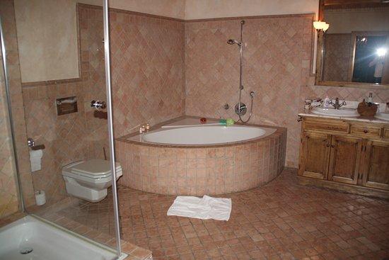 Hotel Gotisches Haus: Baño muy grande