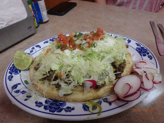 Woodburn, Oregón: Sort of a torta? Soft puffy base, shreaded beef and toppings