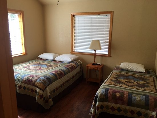 Chinook Wind Cabins - bedroom