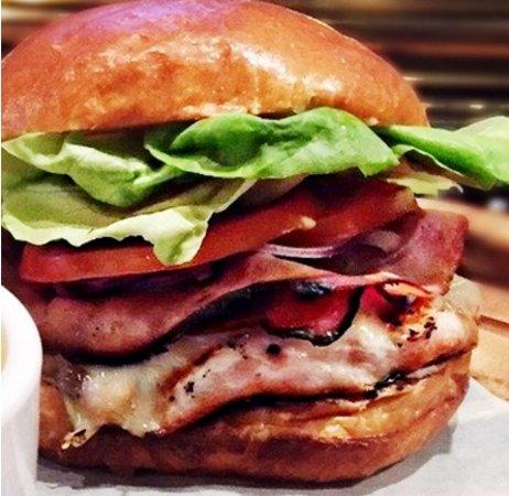 Fort McMurray, Canadá: Santa Fe Corn Chowder, Chicken Cordon Bleu Burger, Bruschetta Chicken & Beeramisu – the JRG Publ