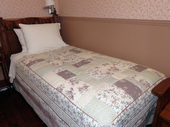Captain Blackmore's Heritage Manor : Single beds in the G&F Blackmore room