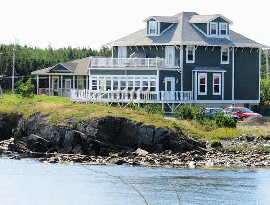 Captain Blackmore's Heritage Manor : Right on the water with great views