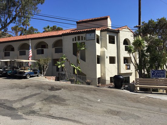 Catalina Canyon Resort & Spa: Street view of the hotel entrance